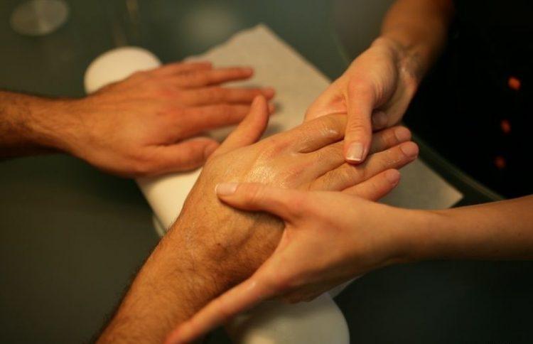 массаж рук мужчине